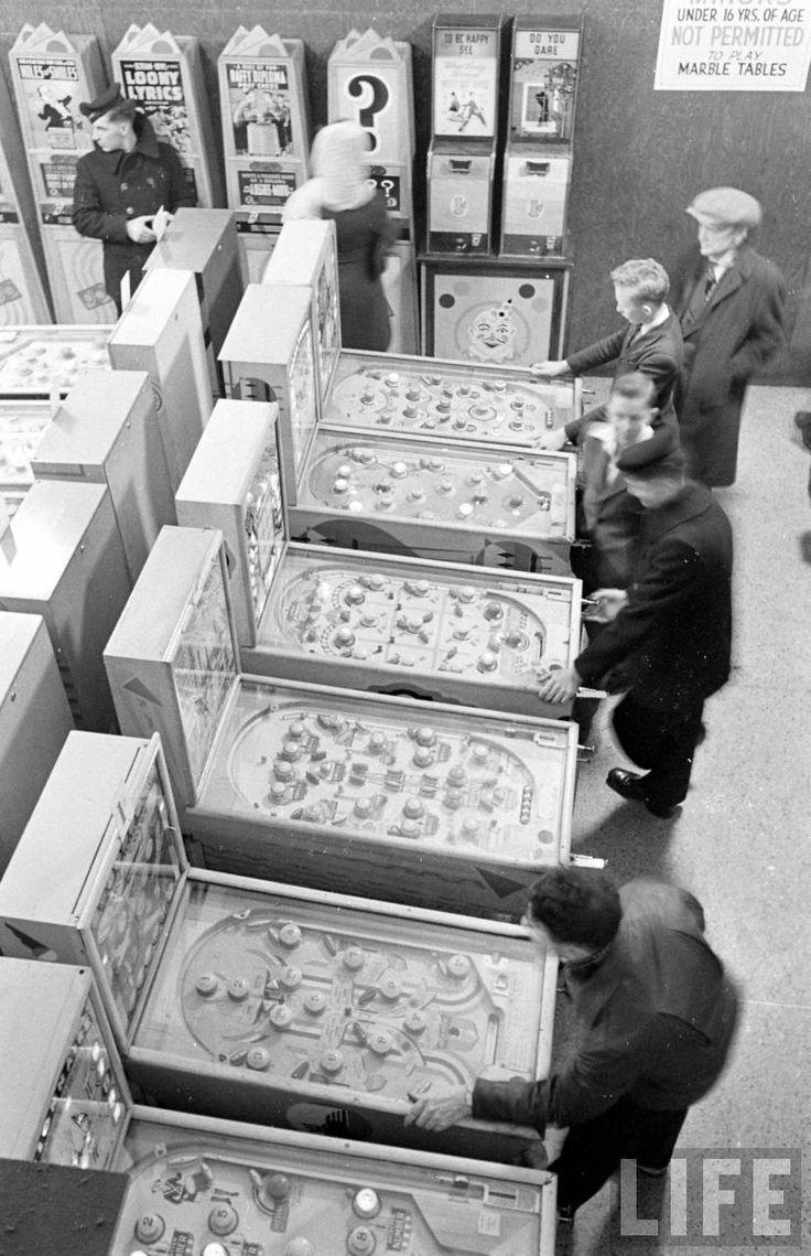 Flipperless Pinball at Kansas City's Wonderland Arcade 1940s (Life Magazine)