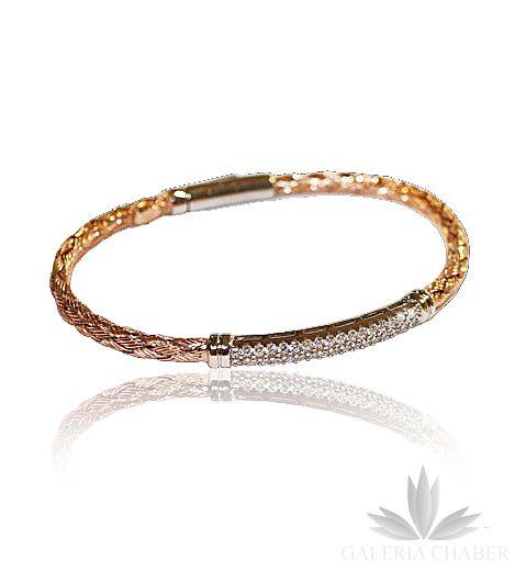 Bransoletka wykonana ze srebra próby 925, rodowana. Wyrób w kolorze różowego złota, część ozdobna srebro wraz z białymi Cyrkoniami. Całość zapinana, sztywna. Szerokość bransoletki to około 0,4 cm, wzór szeroki na około 3,5 cm. Średnica bransoletki to 6,5 cm. Bransoletka sztywna.   Bransoletka dostępna także w innych wersjach kolorystycznych - w kolorze złotym - wyrób dostępny także na stronie Galerii.