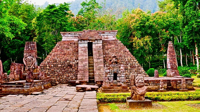 Looks like a pyramid by Maya in Mexico, but this temple located in Surakarta, Solo, Central Java, Indonesia, named Sukuh Temple.