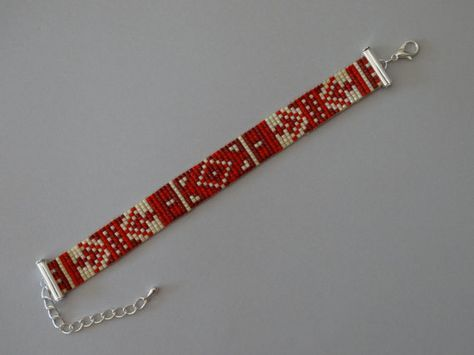 Miyuki Bead Loom Bracelet with an aztec pattern. The colours that are used in this bracelet are red and cream. The bracelet is 9 rows of beads wide and is finished with a silver lobster clasp and extension chain. The bracelet fits people with a wrist size of 14-18 cm.