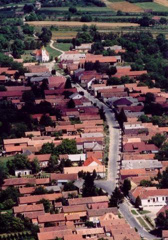 Vakolatdíszes népi lakóház    A települést először 1536-ban említették írásban, amikor birtokosa özvegy Laky Lázárné volt. 1598–99-b...
