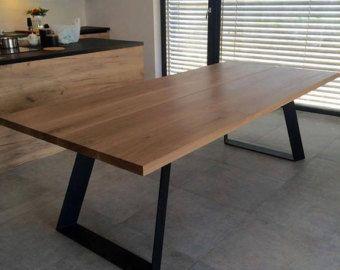 Un bois massif et acier table à manger avec une option d'extension. Tous nos meubles sont fait à la main et toujours pour le commander, ce qui vous donne un contrôle complet sur la conception et la fabrication de processus. Chaque détail peut être personnalisé, à partir de dimensions et essences de bois de couleurs creux et finition et finir avec une finition de bord. Le prix donné fait référence à une table qui est : -jusquà 220cm de long -jusquà 100cm de large -avec 2 rallonges - chacun…