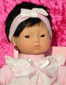 Aziatische en donkergetinte speelgoedpoppen.