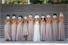 Una foto de todas mostrando su mejor cara de ramo. | 42 ideas para fotos de boda increíblemente divertidas que vas a querer copiar