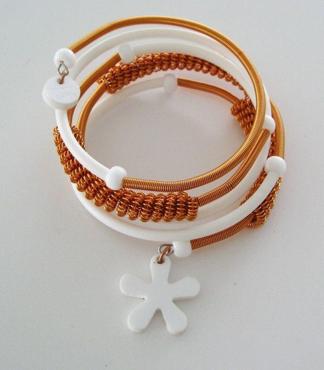 Armband i koppar och vitt gummi med plexiglasberlock. Bracelet, copper, rubbber, plexiglass