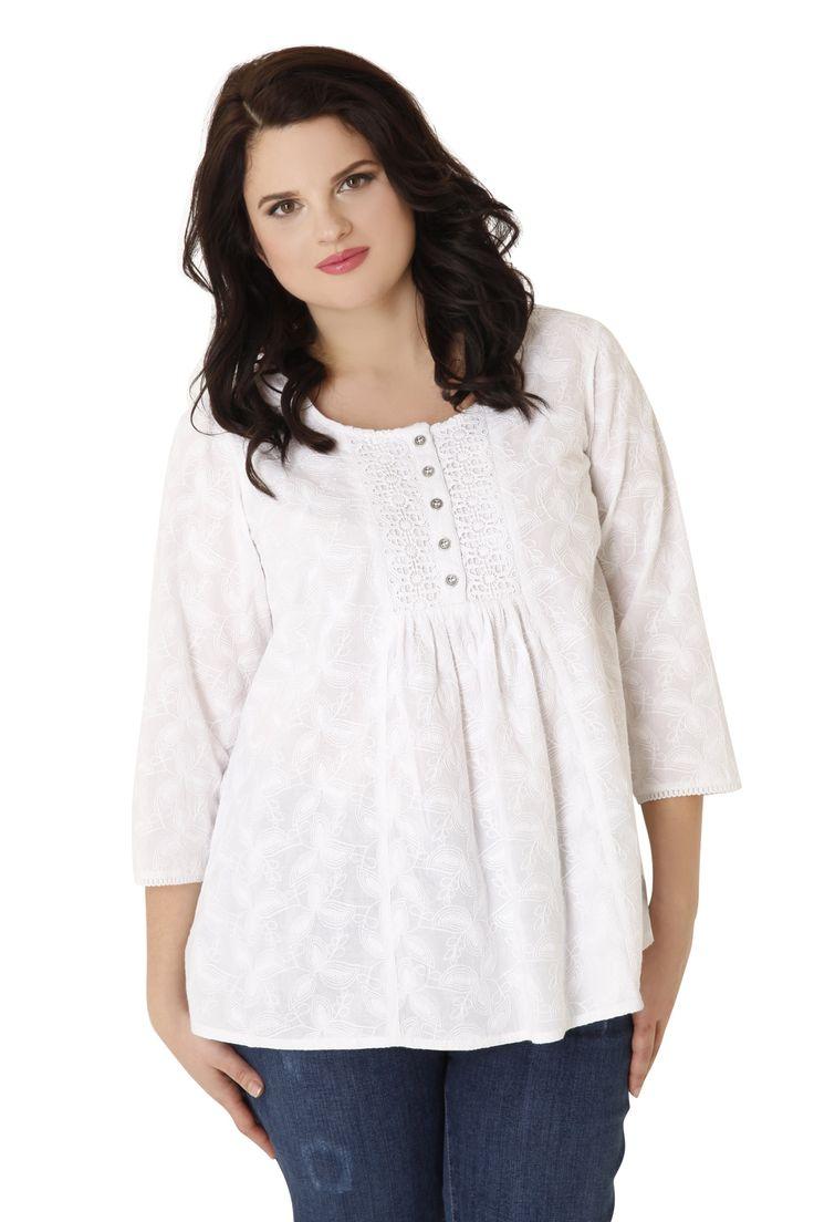 Αέρινη μπλούζα από 100% βαμβάκι και 3/4 μανίκια. Είναι διακοσμημένη με ανάγλυφο σχέδιο στην ύφανσή της στο ίδιο χρώμα και δαντέλα και κουμπάκια στο μπούστο. Μια ιδιαίτερη μπλούζα για μοναδικές εμφανίσεις!