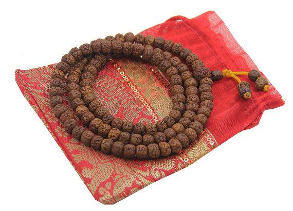 * Mala idéal pour la méditation et Yoga praticiens * Bien enfilées sur un multi brins de fil de Nylon * Perles sont environ 8mm et 28 pouces de Long * Pochette en soie gratuit - couleur de poche gratuit peut différer PROPOS de graines de RUDRAKSHA : Le nom de Rudraksha découle de la mythologie hindoue et signifie « les larmes du Seigneur Shiva. » On croit que lorsque Shiva sont entrés dans la méditation profonde sur le bien-être de toutes les créatures, il est apparu pleurer des larmes de…