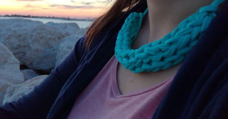 Spacer w promieniach zachodzącego słońca. Magia chwili i kolorów. Naszyjnik Happy ME Ocean jako nieszablonowy dodatek.  #handmade #necklace  #sunset