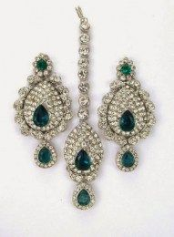 Uniquely Designed In A Set Of Earring & Maang Tika