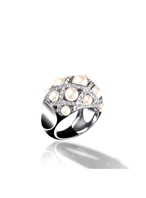 ring in white gold cultured pearls and diamonds would not mind this on my finger