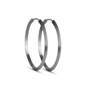 Simple hoops i sterling sølv. Øreringen er designet i en rund form med trekantede linjer, hvilket giver et råt snit samme tid, med dens simpelhed gør øreringen enkel og elegant.