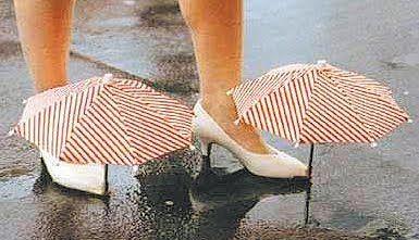 Como secar os sapatos molhados da chuva - Quando molhar os sapatos, chegue a casa, limpe-o e coloque jornal dentro dele. Coloque folhas de jornal amassadas no interior do sapato até não
