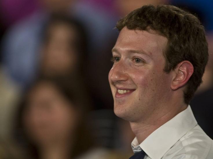 """""""Il web è a un punto di svolta molto importante. Fino a poco tempo fa, la normalità sul web era che la maggioranza delle cose non erano sociali e la maggior parte delle persone non usava la propria identità reale. Stiamo costruendo un nuovo web in cui alla base vi è il """"sociale"""".    Mark Zuckerberg"""