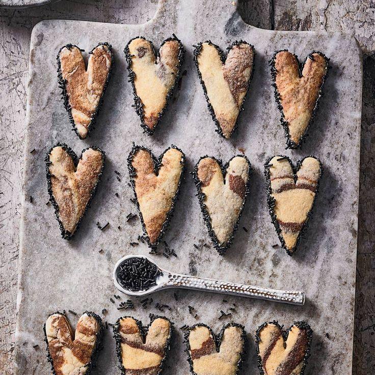 """Lakritz-Herzen - """"Salziges Salmiakpulver ist einer der Newcomer in unserer Weihnachtsbäckerei – und hat sich geschmackvoll bewährt. Deshalb schicken wir das ungewöhnliche Gewürz auf die große Bühne."""""""