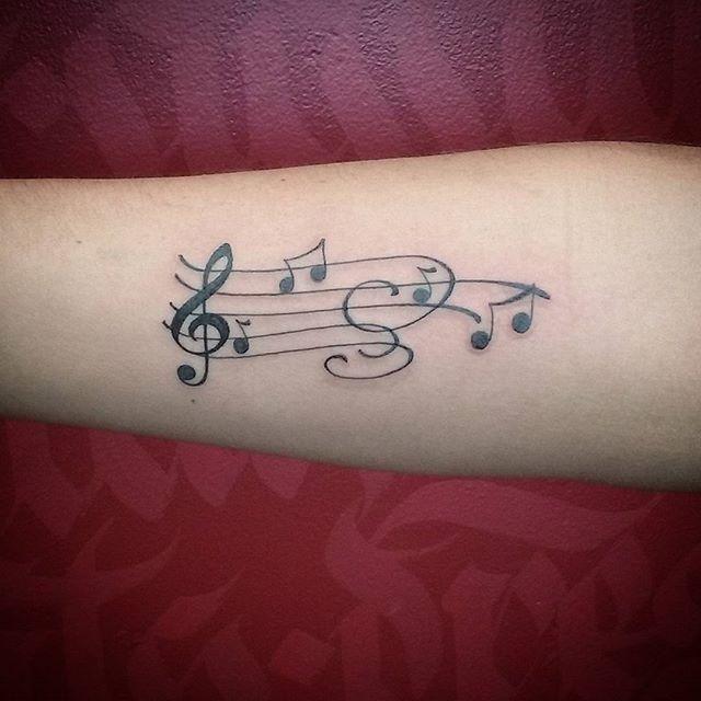 Conheça nosso artigo com uma seleção de 60 fotos de tatuagens de notas musicais para você se inspirar. Confira!