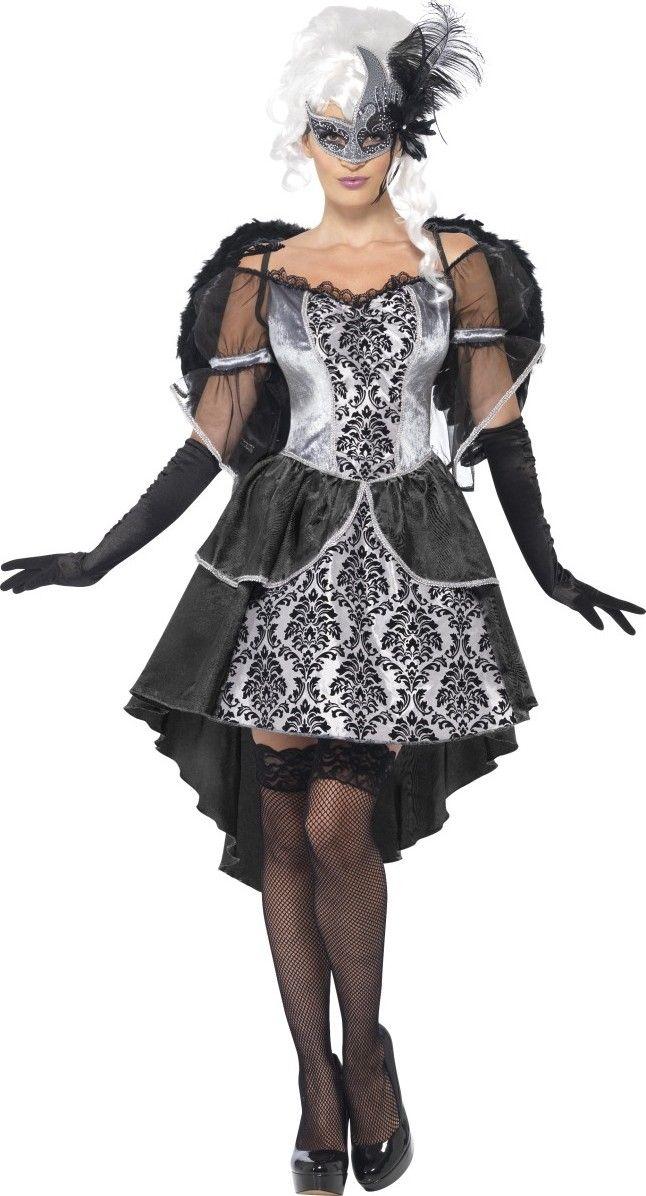 Este disfraz de ángel negro y gris para mujer consta de un vestido y un par de alas (guantes, medias, peluca y máscara no incluidos).  La parte superior del vestido es de color gris imitación terciopelo con otra parte gris satinada acompañada de dibujos
