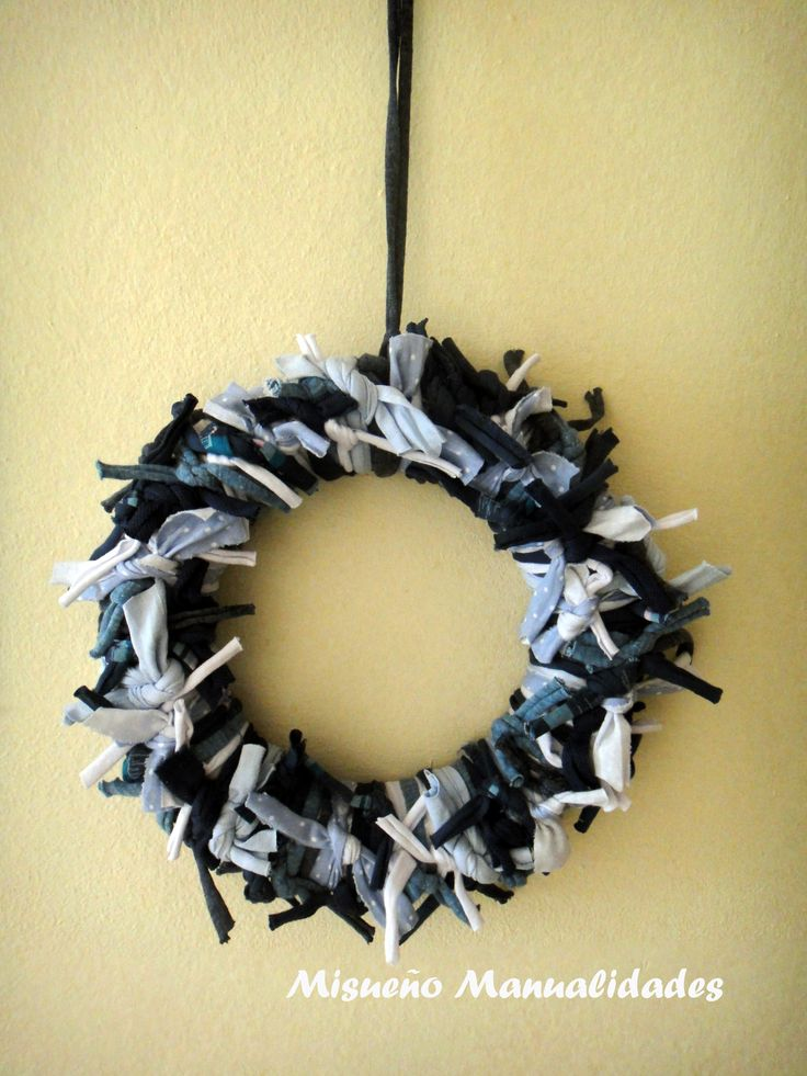 Corona de porexspan decorada con tiras de trapillo.  www.misuenyo.com / www.misuenyo.es