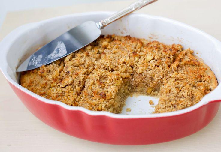 Himmelsktgod och krämig havregrynskaka med kokostosca. Denblir saftig och god av havregrynen som först får svälla upp som en gröt innan de blandasi smeten. För att göra det hela ännu läckrare toppas kakan med en knäckig kokostosca…. ljuvlig! Ca 12 bitar 2,5 dl havregryn 3 dl kokhett vatten 115 g rumsvarmt smör 2,5 dl socker 2 ägg 3,5 dl vetemjöl 2 tsk bakpulver 1,5 tsk vaniljsocker 1 tsk kanel Topping: 50 g smör 2 dl riven kokos 1 dl brunt farinsocker 3 msk mjölk eller grädde 1 dl…