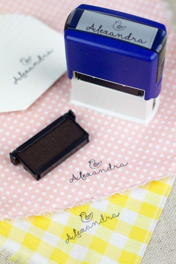 sellos con tinta especial para ropa para que, en un plis plas, estampes la ropa de tu niño o niña y no la pierdas de vista.