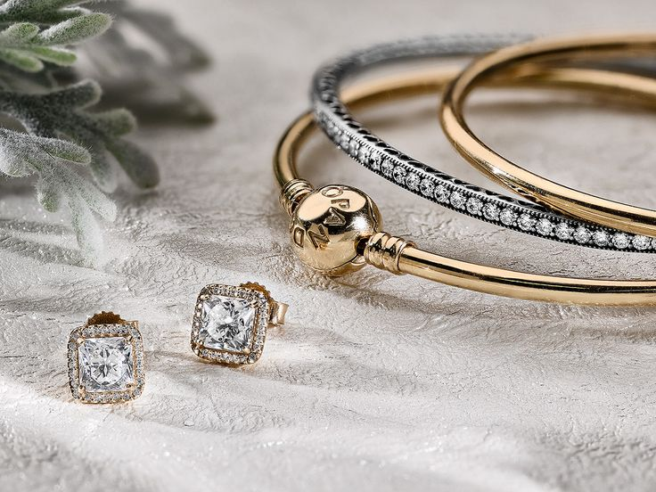 Gold, silver and sparkling stones - the perfect icing on the cake for your New Year´s look! #PANDORA #PANDORAbracelet #PANDORAearrings