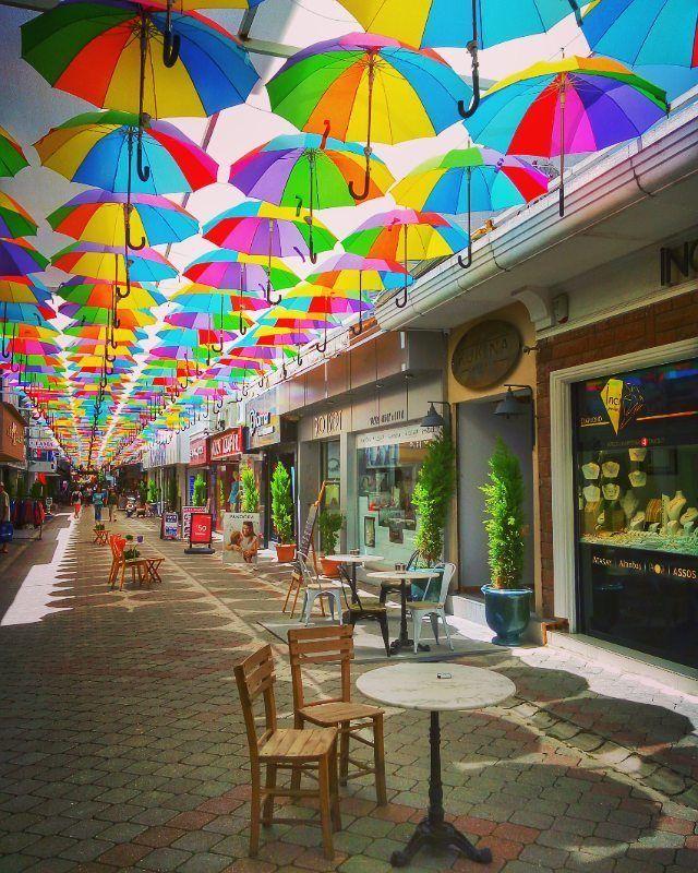 Улица с зонтиками в центре курорта Фетхие. Адрес: 95 Sokak.