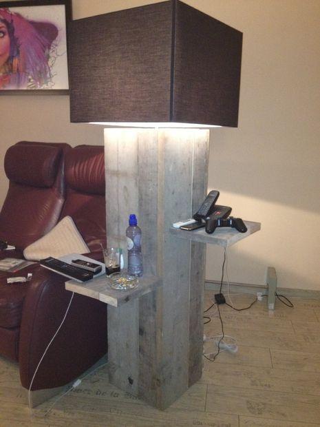 Изображение в помещении / на открытом воздухе лампы с столик сделан из пристани дерева