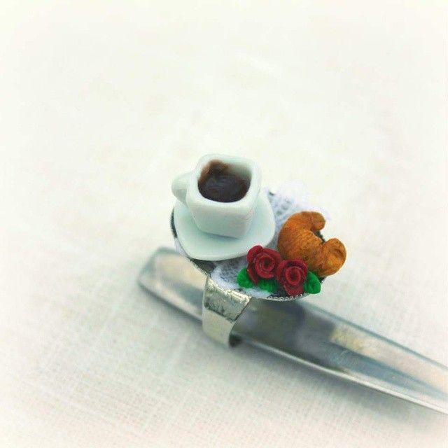 Anillo Rosas y croissant #handmade #ring #fimo #jewellery #roses #croissant