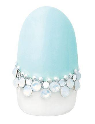 ティアラのようなラインが特徴 ペールトーンのブルーが優しい指先を演出する逆フレンチのデザインにラインストーンを並べて上品なアクセントに。
