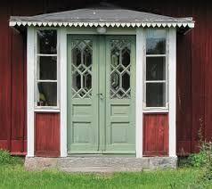 Bildresultat för rött hus med röda fönsterbågar
