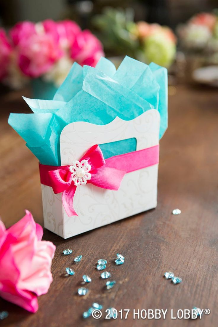 Create wedding favors that are cute and