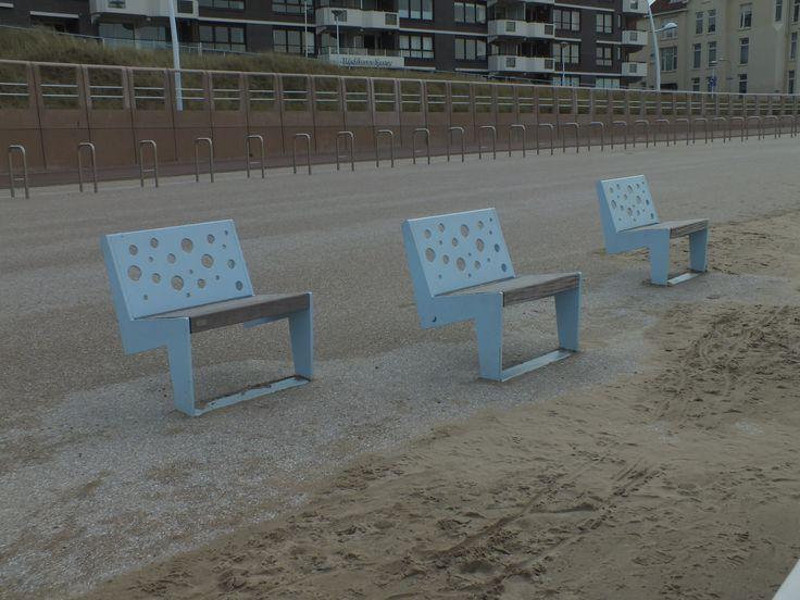 Bankje aan het strand van Scheveningen Ontwerp:-- Locatie: Scheveningen Datum: 12-11-2014 Fotograaf en bron: Hanneke Beijleveld #scheveningen #bankjes #ligbankje #liggen #strand