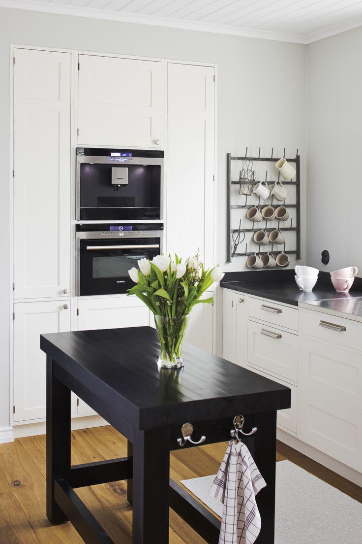 Liten och behändig köksö fungerar toppenbra som avställnings eller som extra arbetsyta när platsen är begränsad. Specialritad för platsen och köpt hos Ink inredning och kök i Kristianstad.