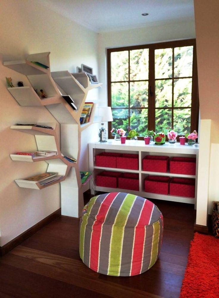 sector juegos niños y pouf para hecharse a leer con libros de la estanteria arbol