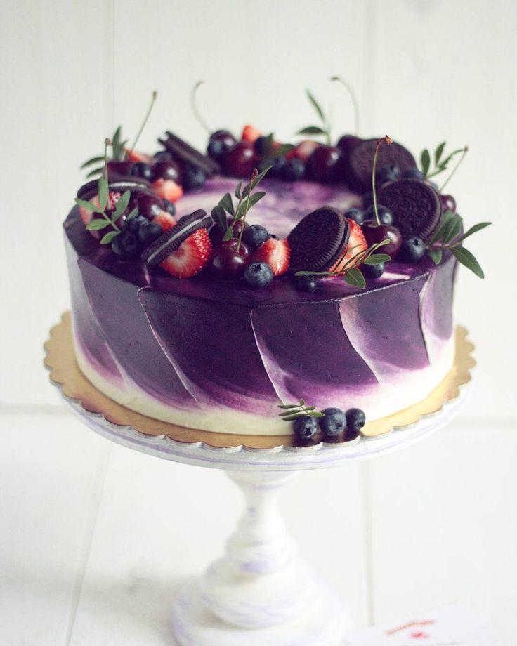 Торт выполнен в популярной акварельной технике. Внутри: шоколадный бисквит, крем-брюле, хрустящее арахисовое безе, жареный арахис. Автор instagram.com/ellina_selezneva