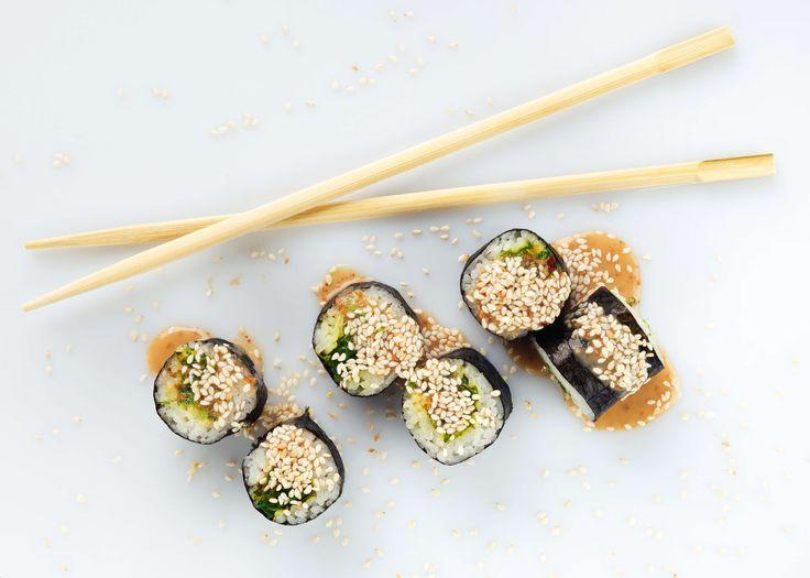 Sushi met kurkuma, avocado en een zoetzure saus.     #japanseten #recipe #sushi