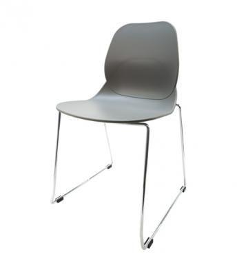 Elegantní plastová židle v šedé barvě na kovových nohách.   Pokud toužíte po nadčasovém interiéru, jsou pro Vás plastové křesílka to pravé. Velmi oblíbený design 50. let příjemně oživí Váš domov a navíc už nebudete chtít sedět na ničem jiném.  Tyto křesíkla můžete kombinovat s ostatními židlemi v různých barvách. Jsou vhodné jak k jídelnímu stolu tak například ke čtení nebo do chodby, kde je bude každý obdivovat.