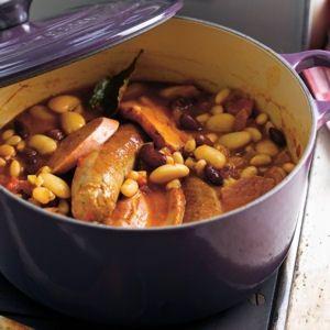 Le Cassoulet de Castelnaudary est une recette très ancienne, d'origine familiale, paysanne et populaire ! Ce plat copieux du Languedoc est à base de haricots secs blancs et de viande.