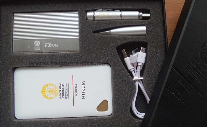 Gift set custom ordered by the Faculty of Law, University of Indonesia, Depok, West Java, Indonesia. Contains of flashdrive 8GB pen pointer, powerbank 500mAh, and metal business card holder in a black box with embossed logo.