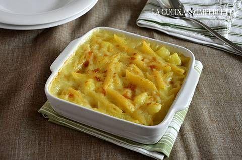 La pasta e patate al forno è un primo piatto gustoso e nutriente. E' l'alternativa golosa alla classica, e altrettanto buona, pasta e patate.