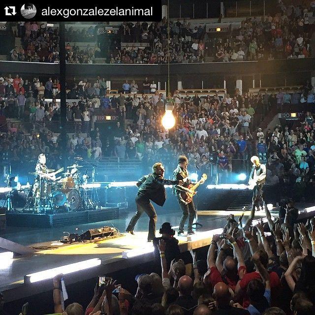 #Repost @alexgonzalezelanimal #u2ietour ・・・ Yeah!!! Disfrutando esta noche con la banda  #U2 en el #unitedarena #chicago , alucinante una de mis bandas preferidas  #awesome #instamoment #instagood @manaoficial  nos vemos mañana en #newjersey #picoftheday #picoftheday