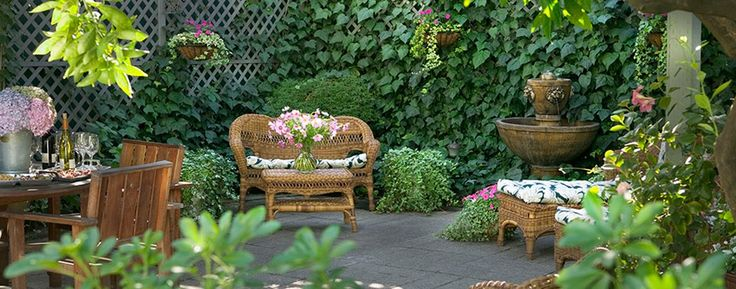 1801 First Luxury Inn: Wine and hors d'oeuvres are served every afternoon on the beautiful patio.