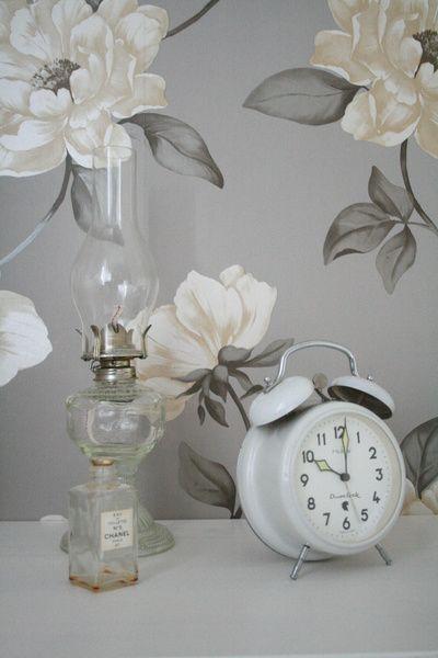 säng,sängkappa,blommig tapet,sovrum,vit