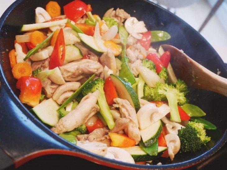 En traditionell thailänsk street food med wokat ris, grönsaker, kyckling och ägg. En enkel rätt som passar både till lunch och middag.
