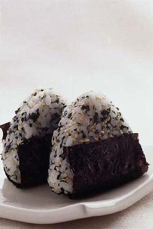 わかめとごまのおにぎり onigiri - one of my favorites!