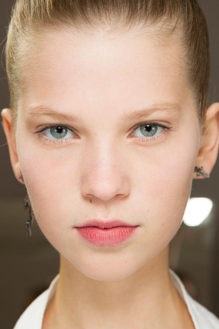 Maquiagem limpa na Dior, com pele perfeita, bochechas levemente rosadas e sobrancelhas escurecidas suavemente por Peter Philips...