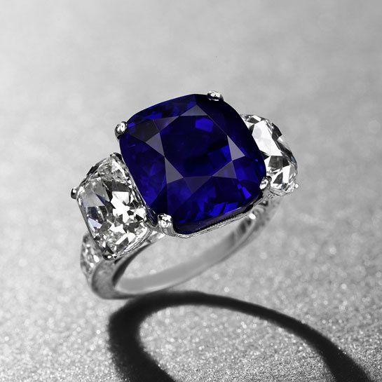 la bague L'Etoile du Cachemire avec un saphir taille coussin de 19.88 carats et diamants taille coussin