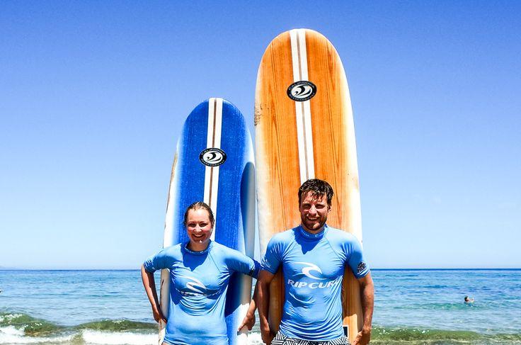 Wir testeten das Surfen als Sportart für Mann und Frau. Im Urlaub haben wir einen Surfkurs auf Sardinien gemacht, um das Surfen zu lernen.