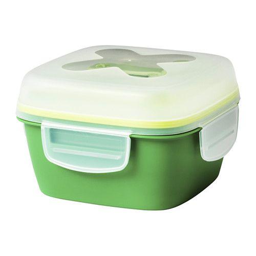 IKEA - BLANDNING, Matboks til salat, Spesielt velegnet for oppbevaring av salat, siden matboksen inneholder kniv, gaffel og en separat beholder for dressing – enkel å ta med og spise direkte fra.Lokket er sikkert mot lekkasjen og fryseskader, noe som gjør den ideell for å transportere mat og fryse ned rester.Den midterste avdeleren hjelper med å holde brødskiven eller ispakken separat fra salaten, og kan også festes og brukes til en enkel tallerken.Den spesielle dressingbeholderen festes…