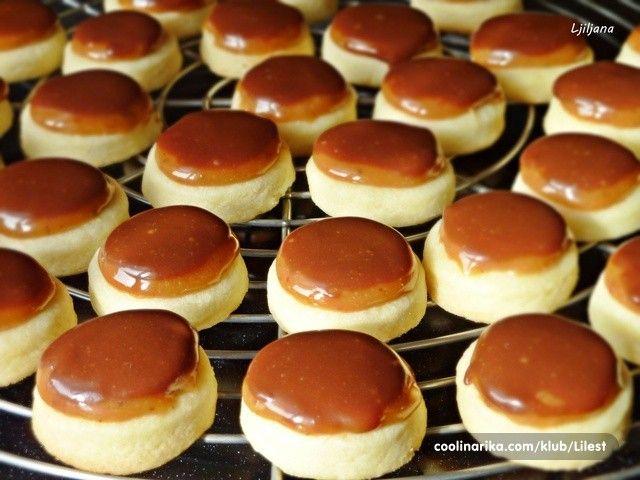 TWIX jednohubky, které ocení milovníci karamelu. Vynikající sušenka, lahodný karamel a na vrchu rozpuštěna mléčná čokoláda.
