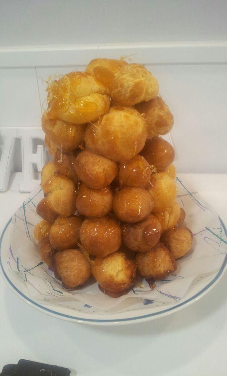 """Croquembouche, croque-en-bouche o simplemente """"cruje en boca"""".  Es una tarta francesa, servida en bodas normalmente, creada a base de profiteroles unidos entre sí por azúcar caramelizado.  Se bautizó así ya que el caramelo que sirve de unión cruje al morderlo.  Esperamos que os guste. #Croquembouche #crujeenboca #nutsanddelights #tartasdeboda #tartadeboda #eventos #mesasdulces"""